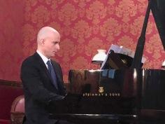...au piano...